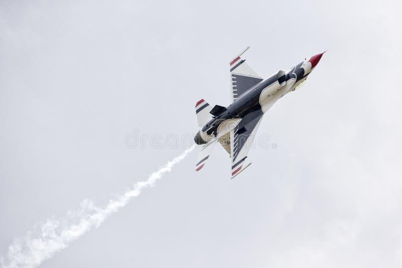 Den Thunderbird strålen rullar in över manöver arkivbilder