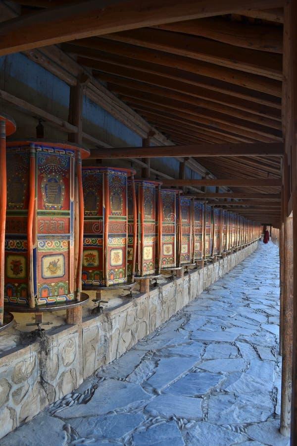 Den tibetana koraen eller pilgrimsfärden och bönen rullar in Xiahe Labra royaltyfri fotografi