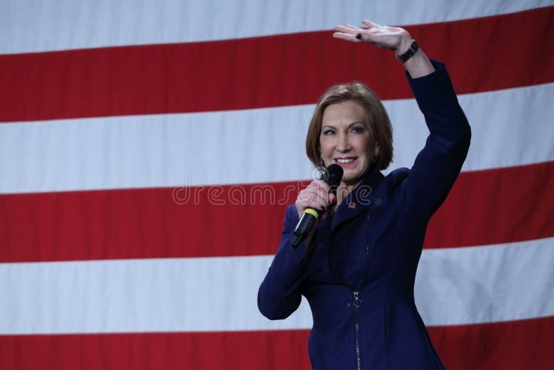 Den tidigare HP ledaren Carly Fiorina vinkar framme av USA-flagga fotografering för bildbyråer