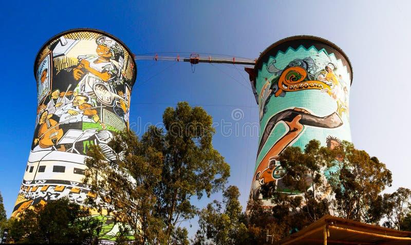 Den tidigare powerplanten som kyler tornet, är nu tornet för GRUNDbanhoppning Placerat i johannesburg africa near berömda kanonko royaltyfria foton