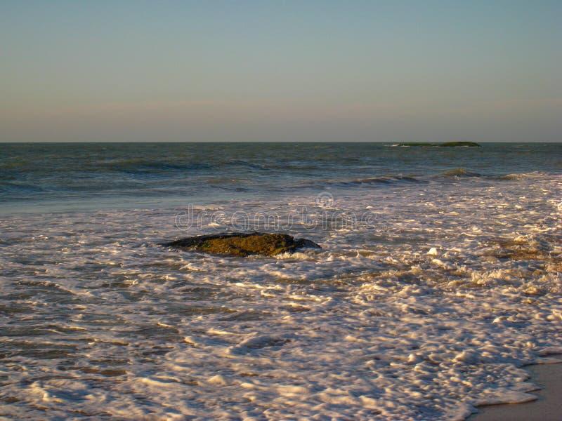 Den tidvattens- svepen rusar över den Cavaleiors stranden, RJ, Brasilien royaltyfri foto