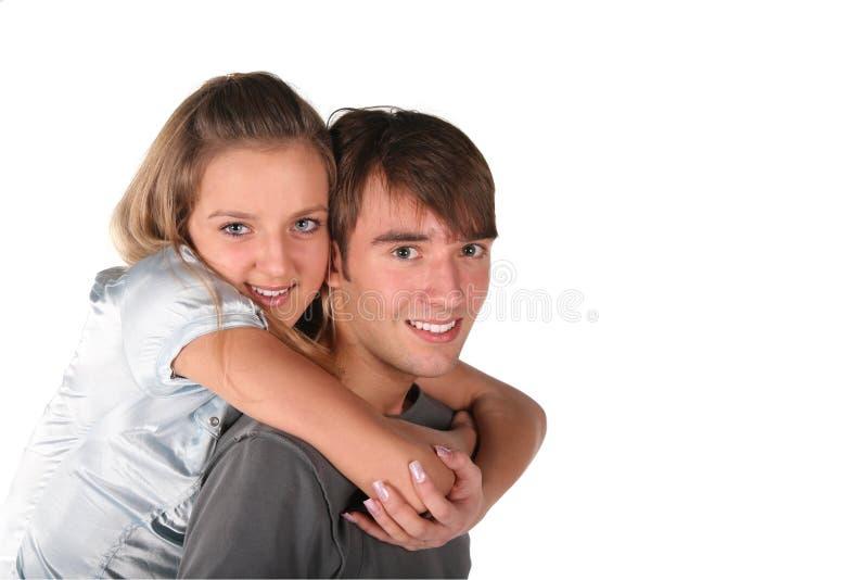 den tillbaka pojken omfamnar flickan arkivfoton