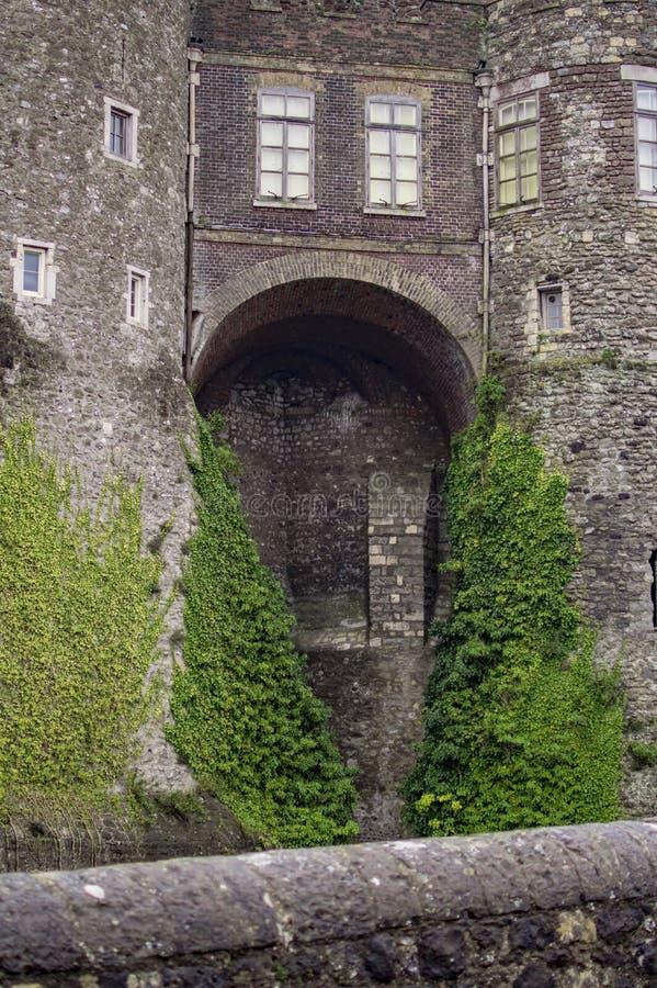 Den tillbaka sidan av den dover slotten i England royaltyfria foton