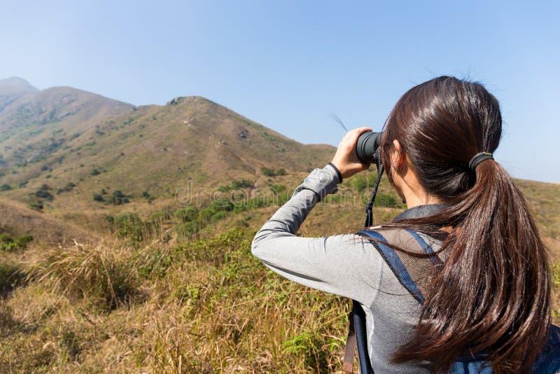 Den tillbaka sikten av kvinnabruk av binokulärt fotografering för bildbyråer