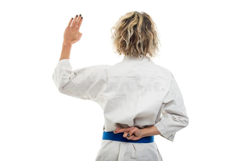 Den tillbaka sikten av kvinnlig bärande kampsportlikformigframställning fejkar ed royaltyfria foton