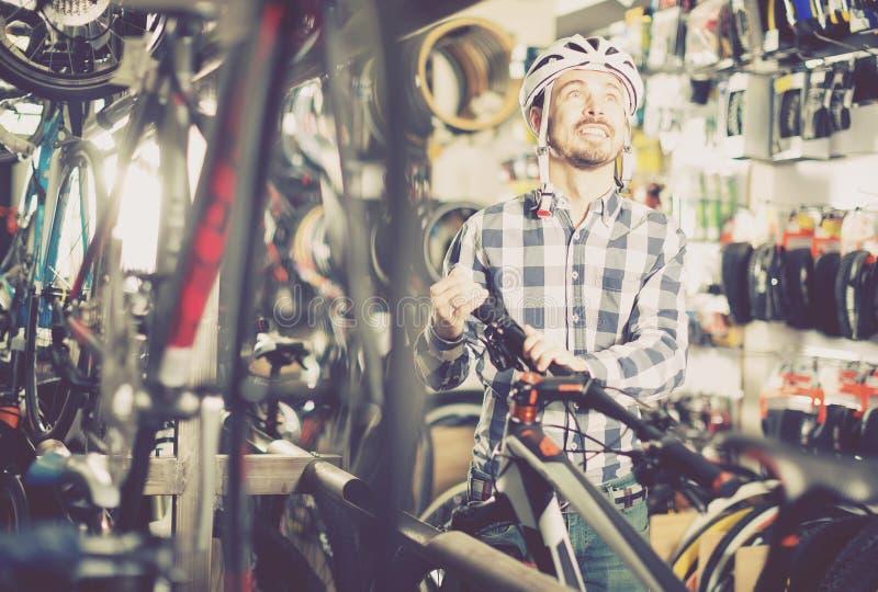 Den tillfälliga cyklistcyklisten köper den snabba cykeln royaltyfria bilder