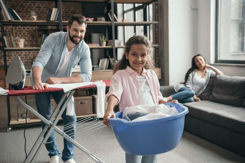 Den tillfälliga multietniska familjstrykningen beklär hemma fotografering för bildbyråer