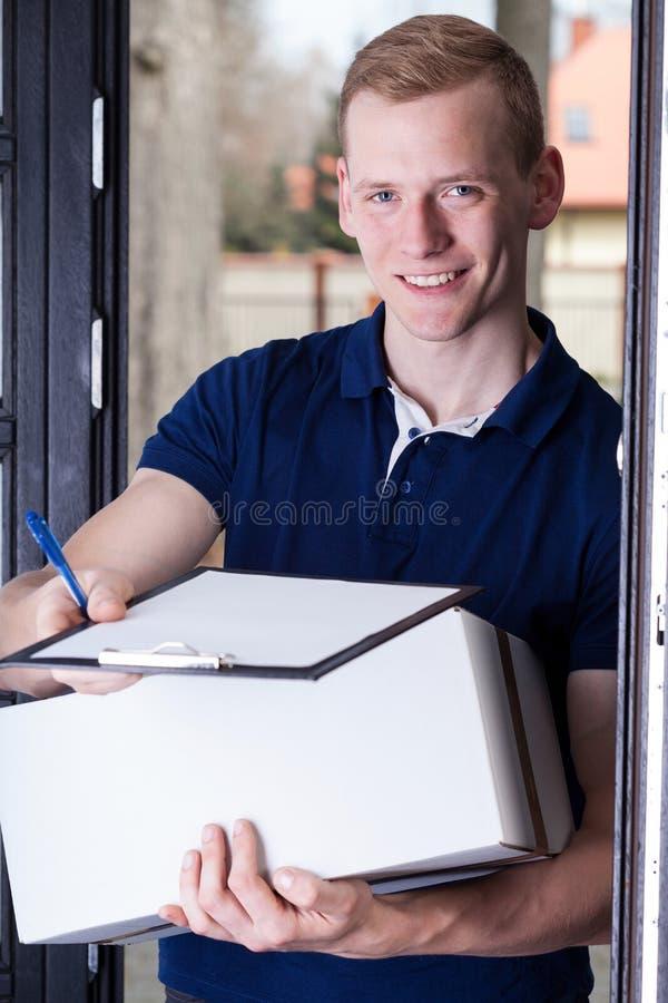Den tillfredsställda kuriren ger dokumenten arkivfoto