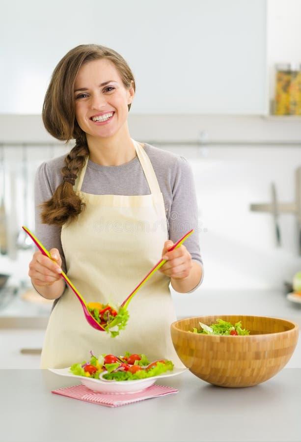 Den tjänade som hemmafrun pläterar med grönsaksallad royaltyfria foton