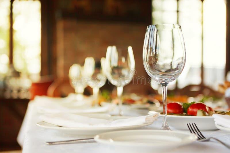 Den tjänande som tabellen som är förberedd för händelse, festar eller att gifta sig Mjuk fokus, s fotografering för bildbyråer