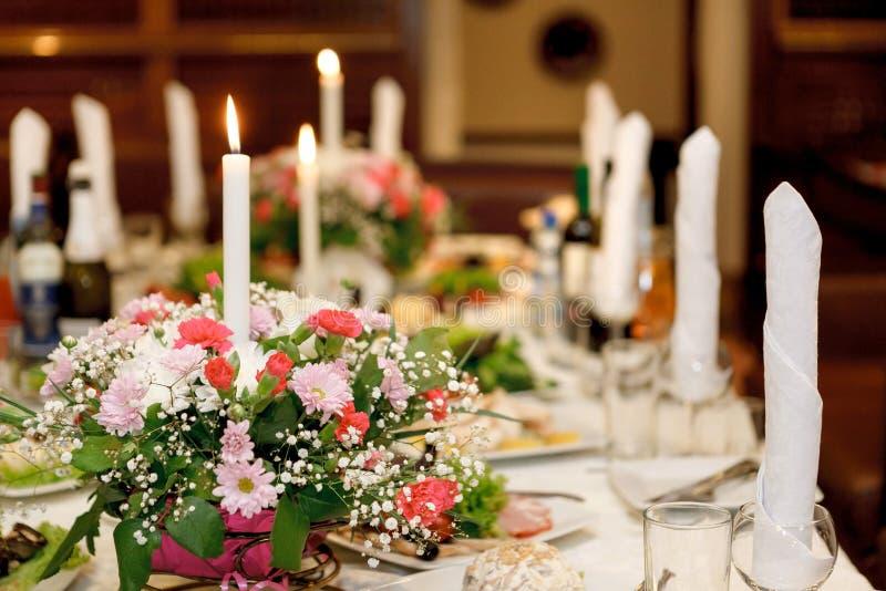 Den tjänande som tabellen som är förberedd för händelse, festar eller att gifta sig Mjuk fokus, s royaltyfri fotografi
