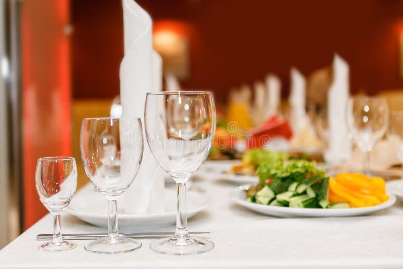 Den tjänande som tabellen som är förberedd för händelse, festar eller att gifta sig Mjuk fokus, s royaltyfri foto