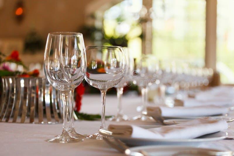 Den tjänande som tabellen som är förberedd för händelse, festar eller att gifta sig Mjuk fokus, selektiv fokus royaltyfria foton