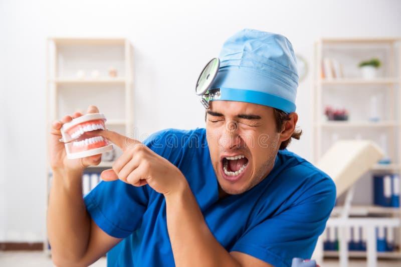 Den tokiga doktorn som arbetar i kliniken royaltyfri foto
