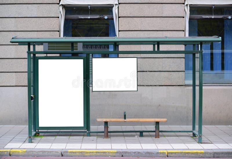 Den tomma affischtavlan p? bussstationen - g?ra perfekt vinkeln f?r ditt tillfogar royaltyfri foto