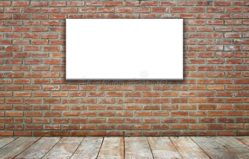 den tomma affischtavlategelstendatoren framför väggen royaltyfri foto