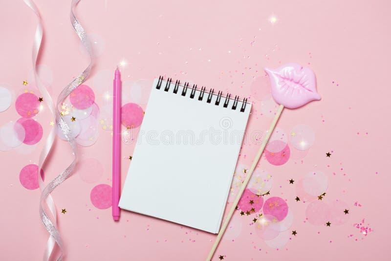 Den tomma anteckningsboken - förlöjliga upp mall med rosa konfettier på rosa bakgrund royaltyfria bilder