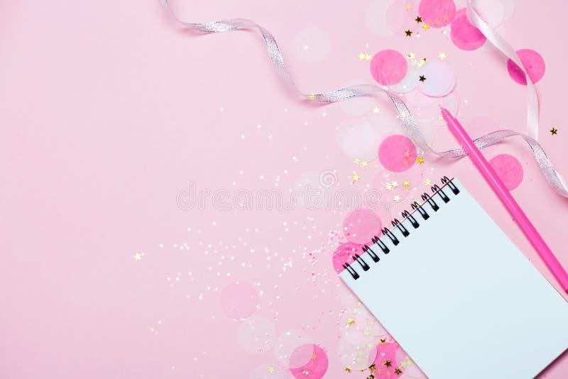 Den tomma anteckningsboken - förlöjliga upp mall med rosa konfettier på rosa bakgrund arkivbilder