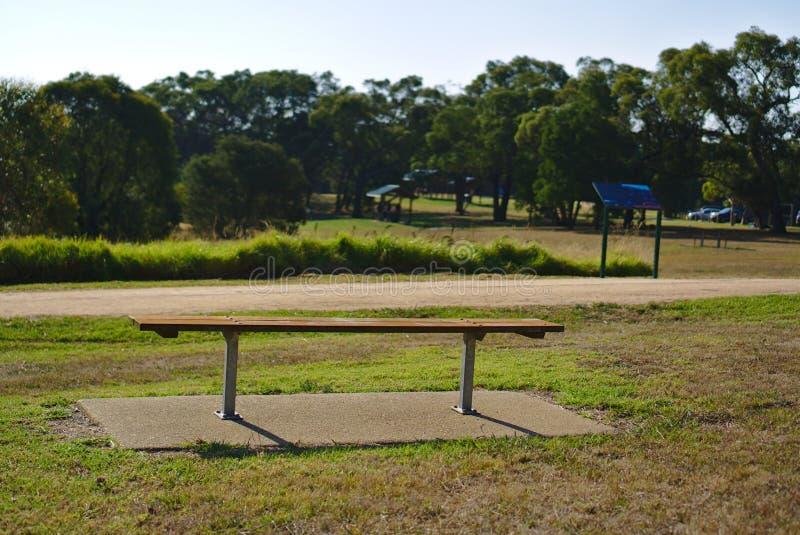 Den tomma bänken parkerar offentligt royaltyfri bild