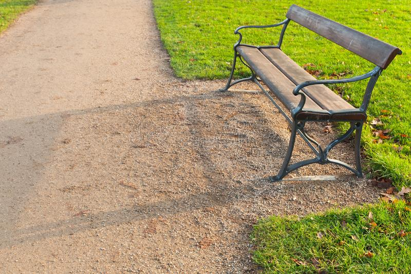 Den tomma bänken står i parkerar arkivbilder