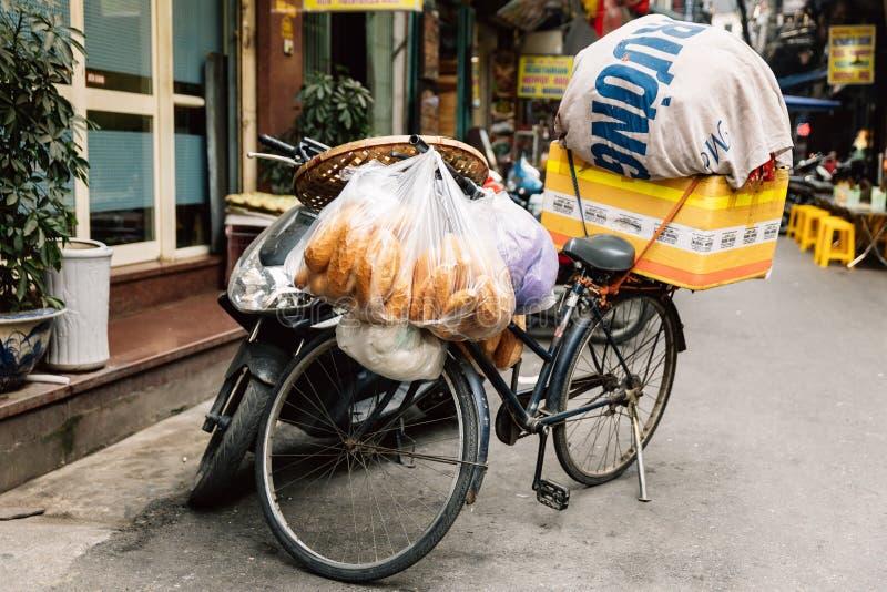 Den tomma cykeln bär bagetten och material för försäljningsparkering på gatan av Hanoi, Vietnam royaltyfri bild