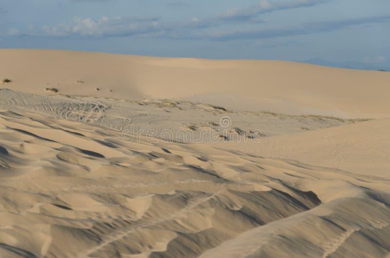 den tomma fjärdedelen och den utomhus- sanddyn arkivbilder