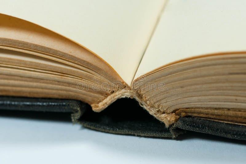 Den tomma, gamla gula boken söker tätt upp makroskott arkivbild