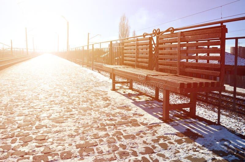 Den tomma järnvägsstationplattformen för att vänta utbildar `-Novoselovka ` i Kharkiv, Ukraina Järnväg plattform i den soliga vin arkivbild
