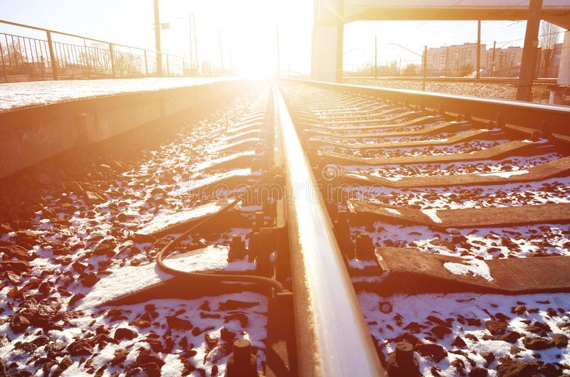 Den tomma järnvägsstationplattformen för att vänta utbildar `-Novoselovka ` i Kharkiv, Ukraina Järnväg plattform i den soliga vin royaltyfria bilder
