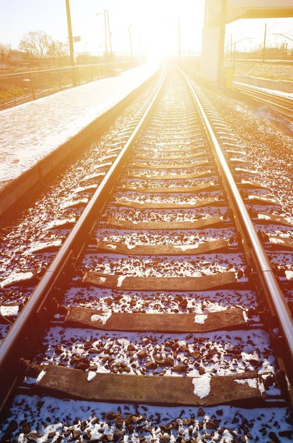 Den tomma järnvägsstationplattformen för att vänta utbildar `-Novoselovka ` i Kharkiv, Ukraina Järnväg plattform i den soliga vin royaltyfri foto