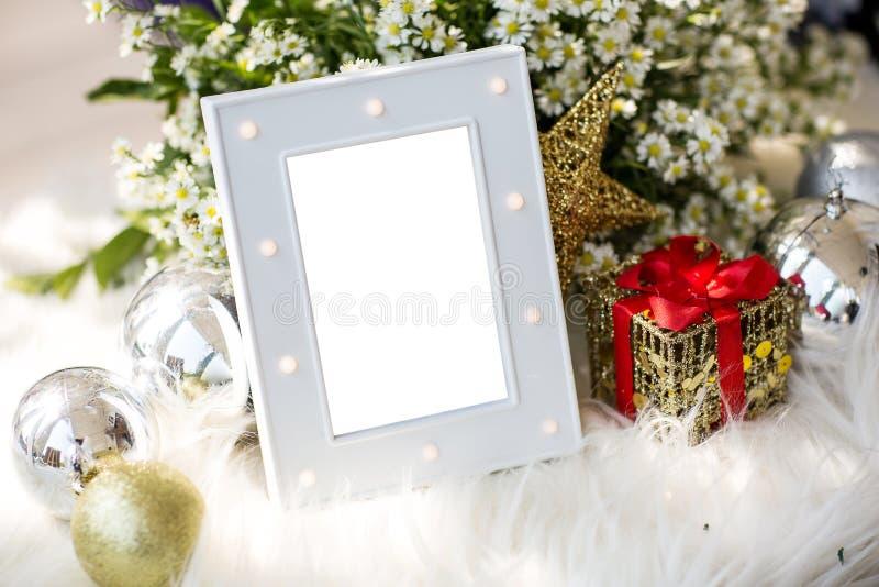 Den tomma lyxiga gråa fotoramen med det hem- dekorjultemat för tillfogar text royaltyfria bilder