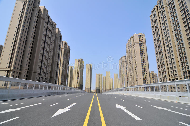 Den tomma stadsvägen royaltyfria foton