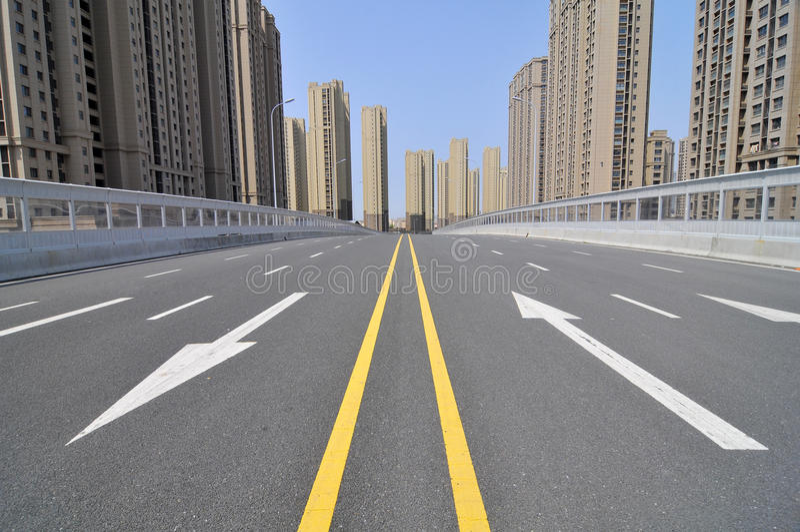 Den tomma stadsvägen royaltyfri foto