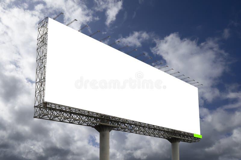 Den tomma stora affischtavlan mot bakgrund för blå himmel, för din advertizing, satte din egen text här, isolatvit ombord, den sn royaltyfri fotografi