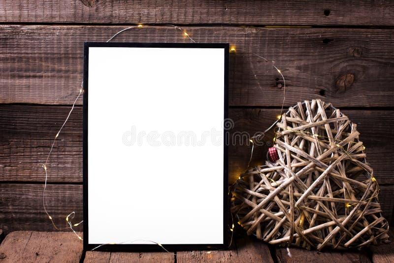 Den tomma svarta ramen och dekorativ hjärta med glimt tänder på fotografering för bildbyråer