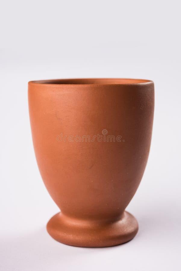 Den tomma terrakottan rånar eller bryner lerakaffekoppen eller kruset eller att dricka exponeringsglas royaltyfria bilder
