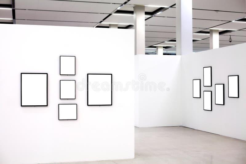 den tomma utställningen inramniner många vita väggar royaltyfri bild