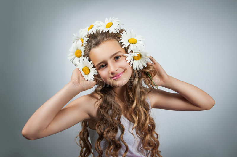 Den tonåriga flickan korrigerar exponeringsglas royaltyfri foto