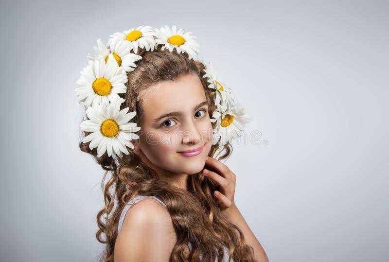 Den tonåriga flickan korrigerar exponeringsglas royaltyfri fotografi