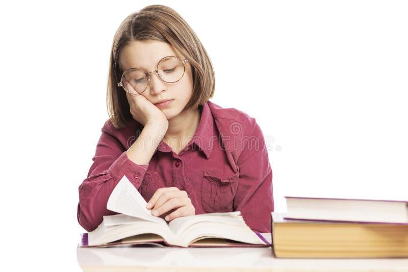 Den tonåriga flickan med exponeringsglas undervisar kurser royaltyfria foton