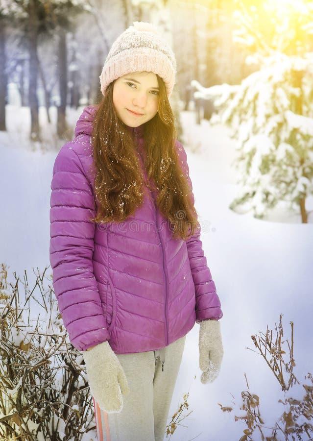Den tonåriga nätta flickan i vintergryningomslag parkerar in royaltyfri bild
