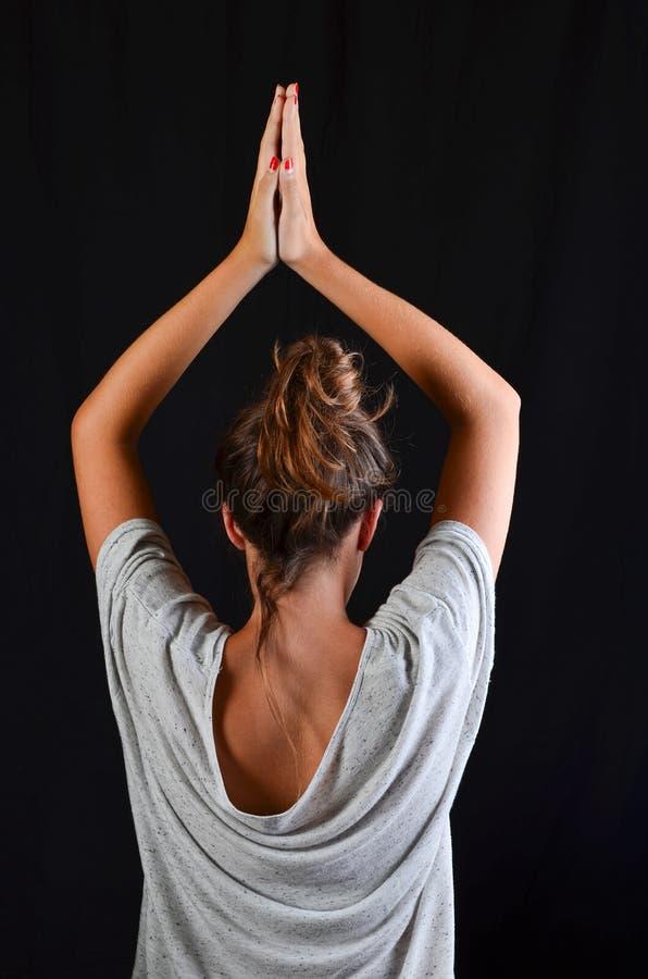 Den tonårs- flickan i yoga poserar arkivfoton