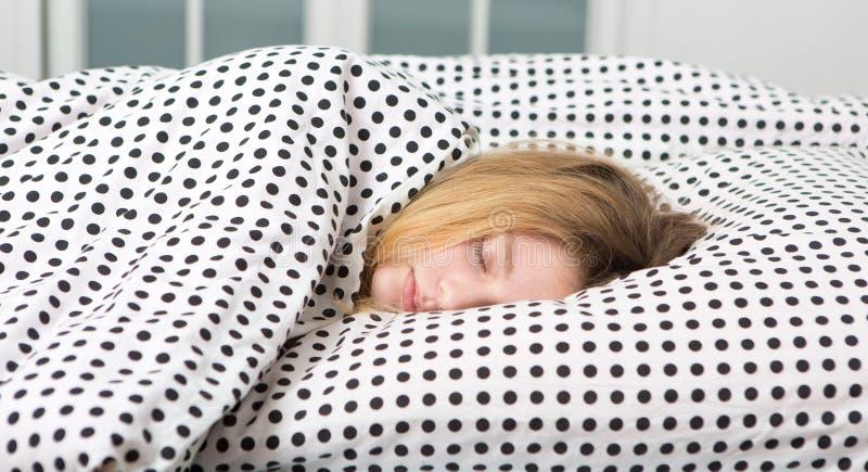 den tonårs- flickan kopplar av i säng royaltyfri foto