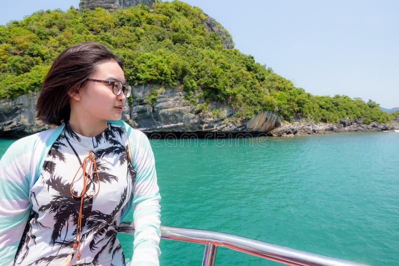 Den tonårs- flickan reser med fartyget arkivbilder