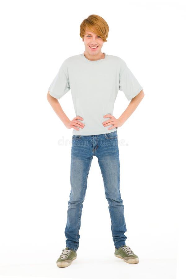 Den tonårs- pojken med räcker på höfter arkivfoto