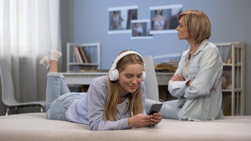 Den tonårs- revolten, den ostyriga flickan vägrar att lyssna moderföreläsningar som ignorerar henne royaltyfri bild