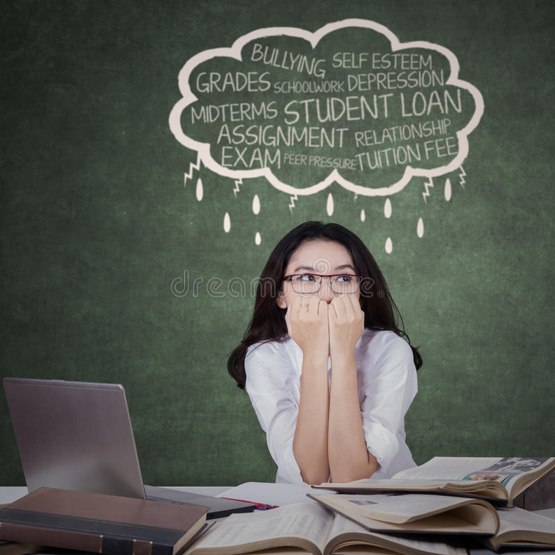 Den tonårs- studenten ser stressad arkivfoto