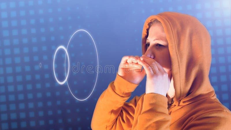 Den ton?rs- flickan, med den orange hoodien och tr?jan, skriker solida v?gor, ideal l?ngd i fot r?knat f?r att f?rest?lla social  arkivfoto