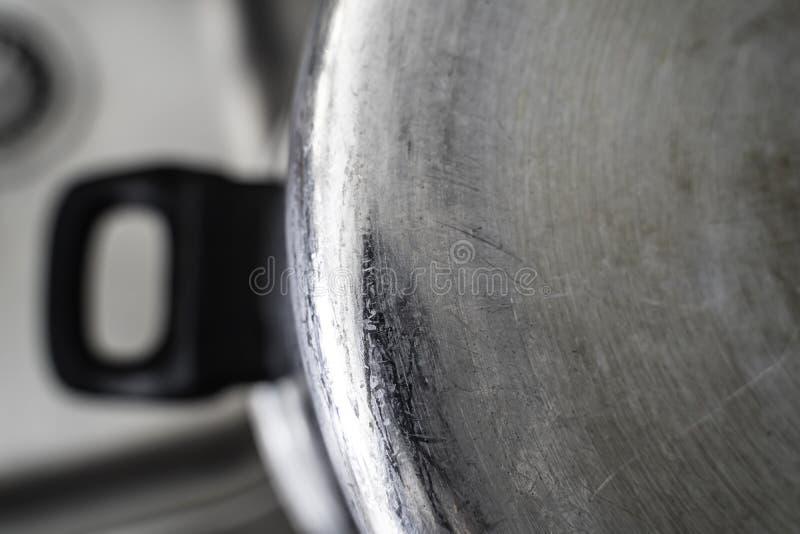 Den Topf kochen gesäubert und über Wanne trocknend stockbilder