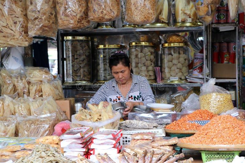 Den torkade havs- säljaren på den centrala marknaden, en stor marknad med otaligt stannar av gods royaltyfria foton